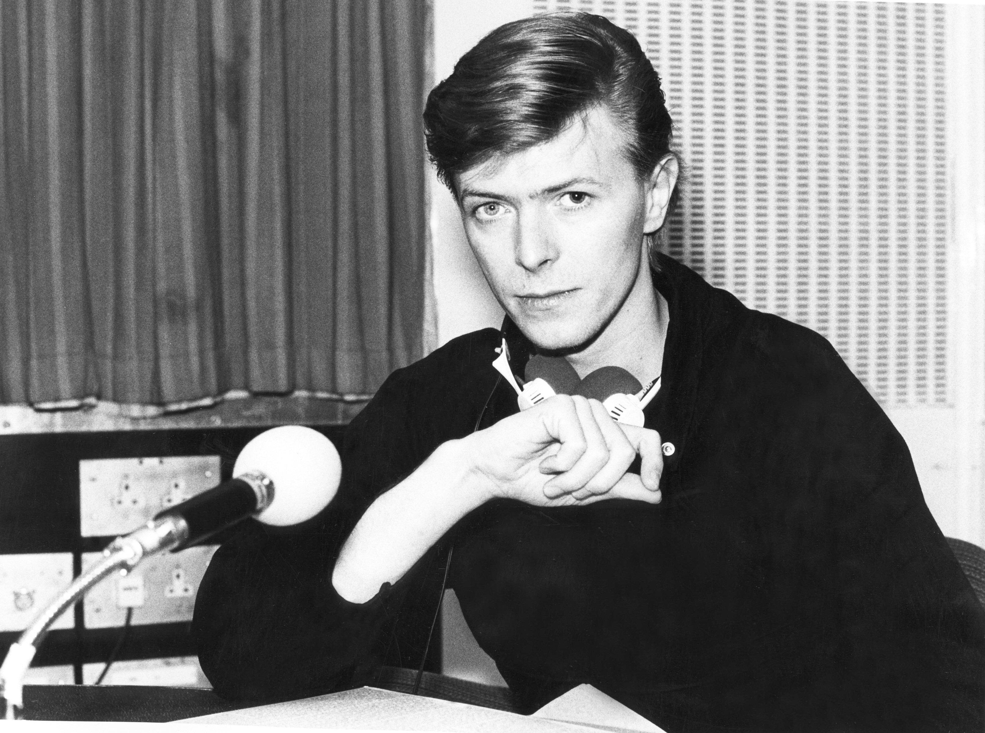 David Bowie - Page 5 David-bowie-bw